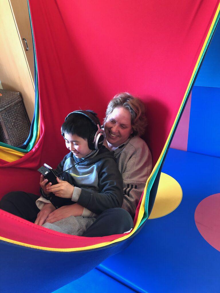 Jonatan med sin mor